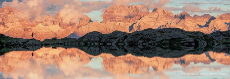 Dolomiti riflesse nel lago al tramonto. Questo ed altri paesaggi saranno immortalati nella seconda edizione di #DolomitesMuseum.